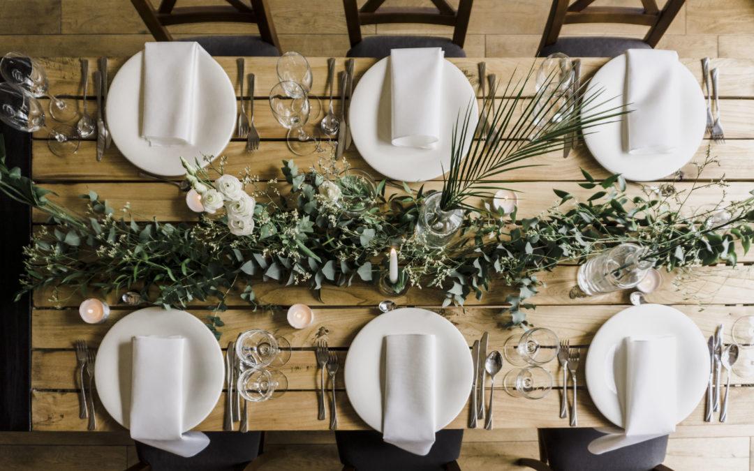 dekoracja stołu na wesele w stylu greenery